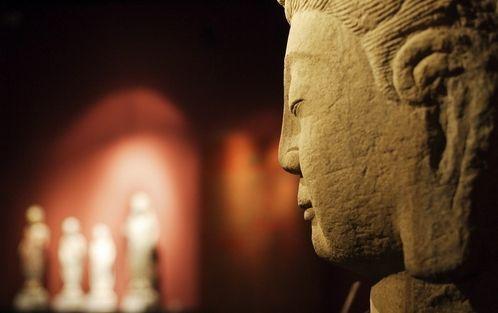 在宗教气氛开放的香港,许多富豪名流则在寻求纾解压力的过程中皈依宗教。