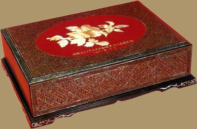 朱漆嵌螺钿木槿花图案长方盒。1963年9月,朝鲜首相金日成赠刘少奇。
