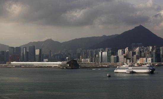 与新加坡开发土地规律的雷厉风行相比,香港小小一块旧启德机场土地,在各种争论下荒置十余年才最终动工。(路透社图片)