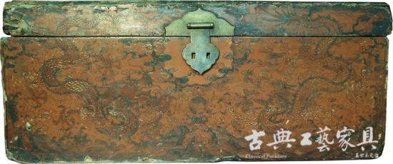 图5 修复前的黄地彩绘戗金龙凤纹衣箱