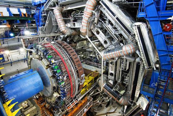 """2012年7月,两个独立的研究小组通过欧洲核子研究中心的大型强子对撞机发现了一种新型粒子。而中国学者也是亲历了这一""""寻找上帝粒子""""的艰难过程。"""
