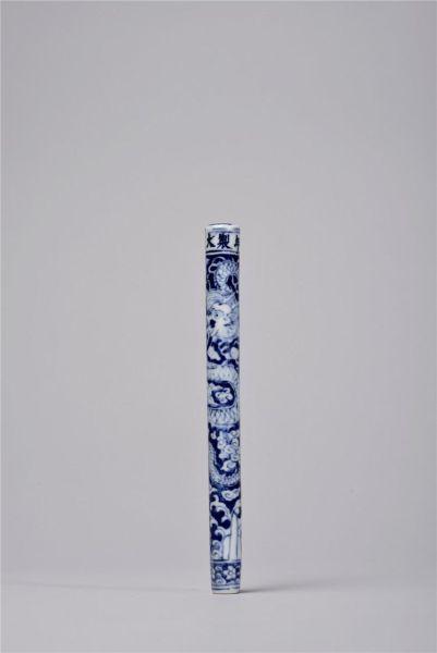 """明万历 御窑青花""""蓝反白""""盘龙纹笔杆"""