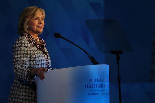芝商所全球商业领袖年会并不对外公开,希拉里在这里对商业领袖的讲话也同样私密。与我们经常在电视上看到的她相比,聚光灯之外的她更像是和商业领袖们一起聊聊天,谈谈美国的今天和未来,挑战和机会,并毫不禁忌地让大家更多了解自己。