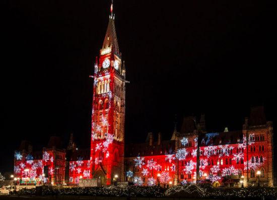 大洋彼岸的加拿大,是一个天主教和基督教教徒占人口绝大多数的国家,然而,加拿大人对圣诞节的庆祝却远远没有中国人的气势,甚至不能大张旗鼓。