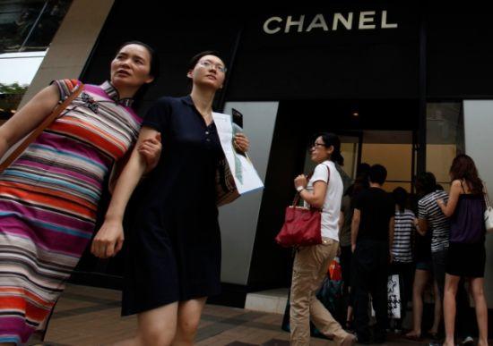 内地反贪腐行动令假期来港购买奢侈品回内地送礼的游客明显减少。