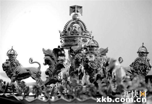 """车顶的装饰一部分来自于""""胜利号""""战舰的木头,狮子则是仿制英国白金汉宫大门上的狮子。"""