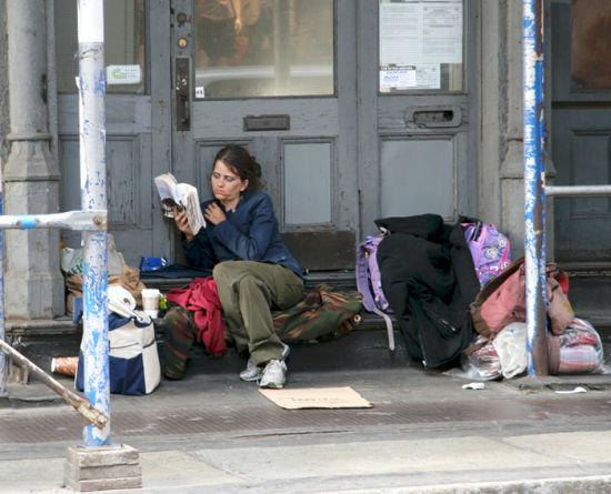 纽约街头正在读书的流浪者(图片来自New York Daily Photo)