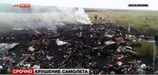 这超出了乌克兰分离主义者击落直升机和乌克兰军方其它低空飞机所用的小型导弹射程,但仍处于SA-11导弹射程之内。乌克兰官员指控俄罗斯向叛军提供了此类导弹。   中东战火硝烟弥漫   为阻止哈马斯及其他巴勒斯坦武装人员发动火箭弹袭击,以色列向加沙地带派出地面部队,导致延续十天的冲突升级,而之前埃及提出的一项和平方案流产。   以军及其坦克此次进入由哈马斯控制的加沙地带,是2009年以来以色列在这里进行的首次重大地面行动。在此之前,200多名加沙地带居民已在密集的空袭中丧生。巴勒斯坦人向以色列发射了大约1,