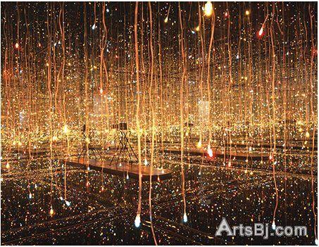 草间弥生《水上萤火虫》(Fireflies on the Water),镜子、金属、电灯泡、木材、亚克力板、水,442x442x320cm,2000