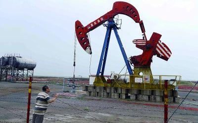 图为南堡油田内部分抽油泵已经停工。(法制晚报记者田宝希摄)