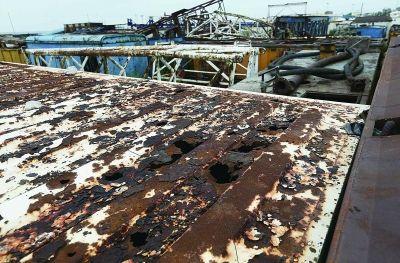 图为南堡油田内堆放着废弃的设备。(法制晚报记者田宝希摄)