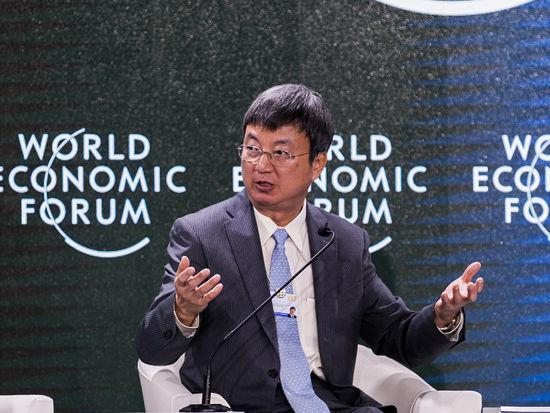 2014夏季达沃斯论坛于9月10日至12日在天津举行。上图为国际货币基金组织副总裁朱民在《全球经济最新动态》论坛发言。(图片来源:达沃斯官网)