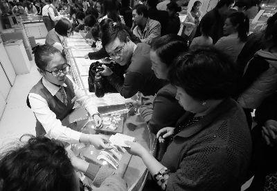 今天上午,到菜百购买黄金饰品的市民约有两三千人摄/记者 曹博远