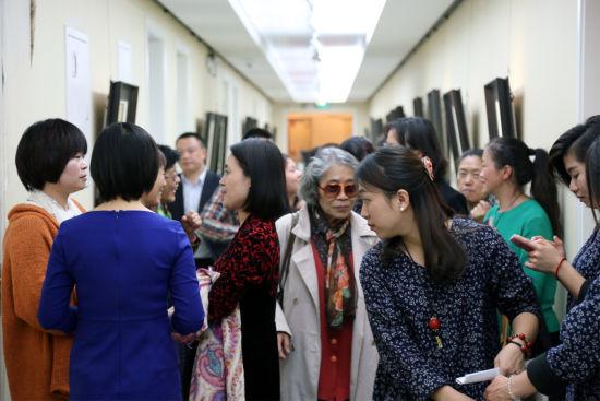 图8 参展的观众涌满了整个艺术长廊,品享着这场艺贯东西的饕餮盛宴