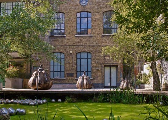 """在英国 Victoria Miro Gallery 展出的南瓜青铜雕塑还原了草间弥生口中的""""柔软"""""""