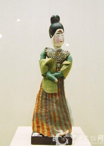 木身锦衣群侍女俑