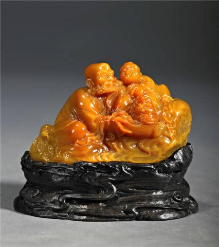 作品名称:戏狮罗汉 180克 作者:石丹 工艺美术师 《戏狮罗汉》出自佛教典故,是我国传统造型艺术常见的表现题材。作品石质细腻润泽,色彩黄艳均匀,罗汉眉目慈祥,轻手抚摸调戏着小狮,兴奋的小狮子则机灵的上下跳跃。整件作品洋溢着欢快喜庆的气氛,人物刻画生动自然,形神兼具,令人赞叹。