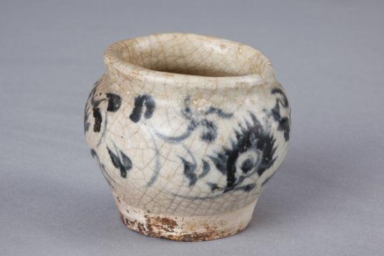 清代青花缠枝花卉纹罐(图三)