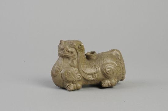 图9 青瓷辟邪烛台(安徽博物院藏)