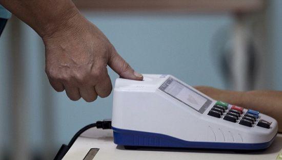 2012年12月16日,加拉加斯,一位�x民在投票站�呙柚讣y注�N。�D像��v:Ariana Cubillos / � 方IC