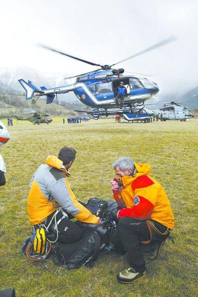 救援人员在法国南部距离失事航班坠机地点不远的塞纳展开搜救。