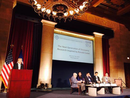 """诺贝尔经济学奖获得者肯尼斯-约瑟夫-阿罗在华盛顿举行的""""纪念科斯教授学术研讨会""""会后接受新浪财经专访表示,中国应以更强硬的态度面对解决环境污染问题。"""