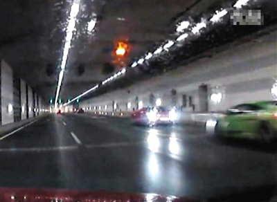 网友上传视频显现,事发前,兰博基尼和法拉利车头绝对,出如今最右边车道。视频截图