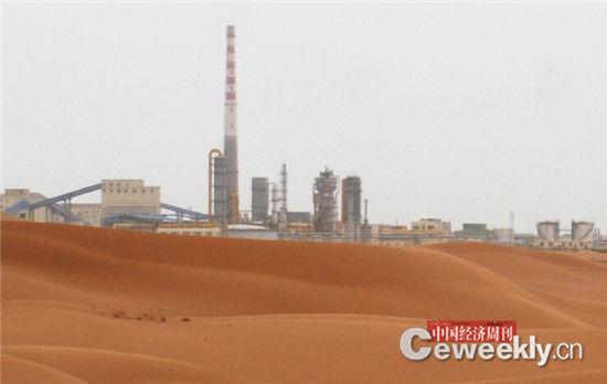 腾格里沙漠周边工业密布 《中国经济周刊》记者 韩文 摄