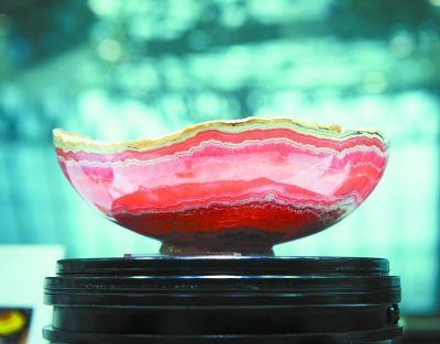 产自阿根廷的菱锰矿碗。菱锰矿也是碳酸盐矿物,通常为粒状、块状或肾状,红色,具有玻璃光泽。