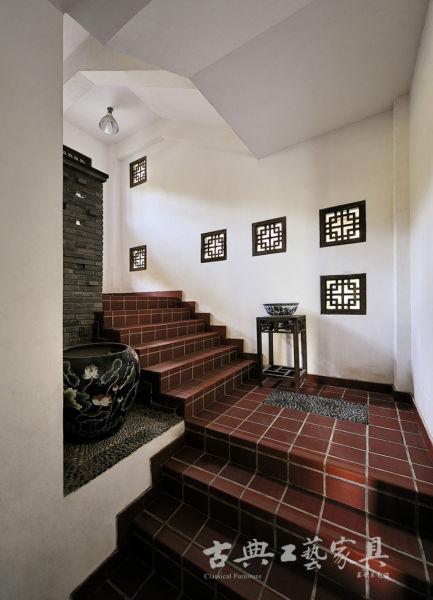 屋内到处可见精致用心,瓷器、家具、窗柩,无一不美