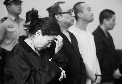 """4人上午受审,女经理李碧天(左一)说,""""量刑太重了,我的投资都没有收回来。"""" 摄/法制晚报记者 曹博远"""