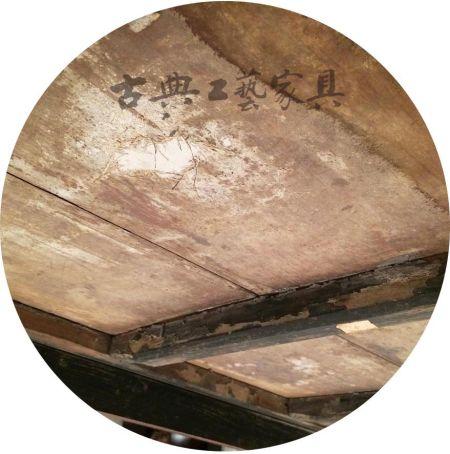 图1-2 刀片割开批灰层的痕迹