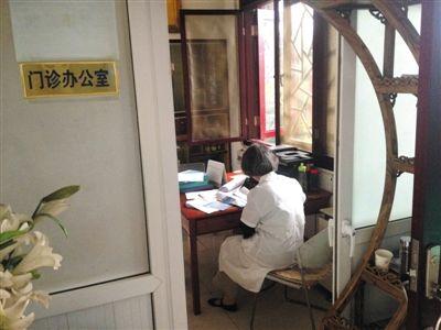 """7月6日,位于安全里育德胡同的""""百德堂""""诊所门诊办公室内,作业人员正在给一位第三次拿药的患者注销资讯。 A12-A13版拍照/新京报记者 尹亚飞 练习生 彭子洋 摄"""