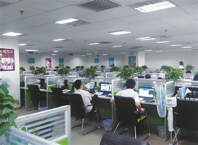 """北京久久联合网络科技有限公司内景,工位上,员工通过QQ征招加盟商。新京报记者调查发现,这家80余人的公司,约60人都是招商顾问。图片来自""""久久联合""""招商材料"""