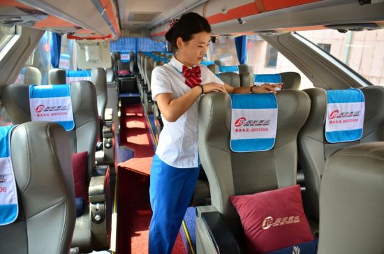 乘務員在整理車內衛生。攝影/章軻
