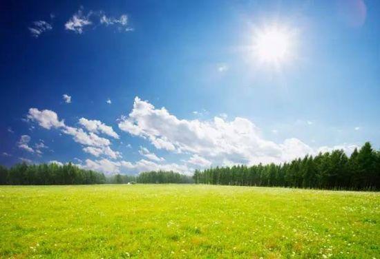 艳阳高照的那拉提草原