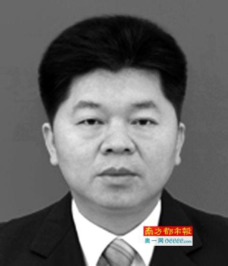 劉偉靈 原從化市政府黨組成員 涉及在人事任免、承攬工程、工程款結算方面為他人謀取利益;被指控貪污公款105萬餘元、受賄24.2萬元。