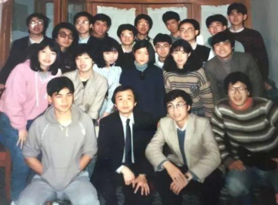 上图前排右二为担任复旦大学辩论队主教练时年仅33岁的王沪宁