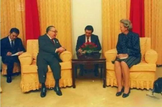 时任英文秘书的马英九陪同蒋经国出席会见