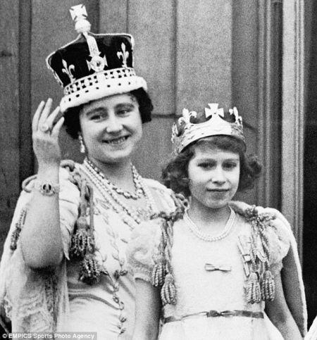 乔治水六世加以冕礼上,伊丽莎白王后头戴饰拥有光之地脊的王冠,身边坚硬是女男、当今的伊丽莎白女王
