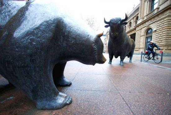 德国法兰克福证券交易所外象征着牛市和熊市的牛、熊雕塑。(路透社)