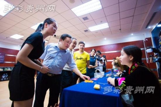 黔南州文物局局长(前排左二)在揭牌仪式后参观凯里市非遗文物展示馆活态表演展示厅。