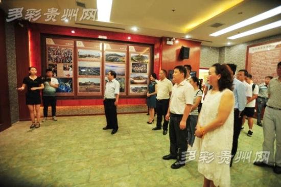 揭牌仪式后,领导参观凯里市非遗文物展示馆成果展厅。