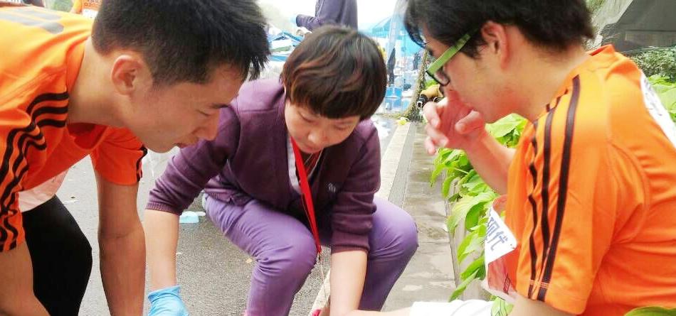 医务人员为受伤的马拉松参赛人员治疗