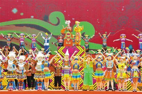 """2016年""""壮族三月三""""歌圩开幕式上极具民族特色的歌舞表演。记者 潘浩 摄"""