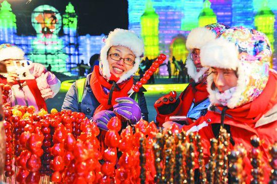 哈尔滨冰雪大世界里,冰糖葫芦是南方游客的最爱。 本报记者邵国良摄