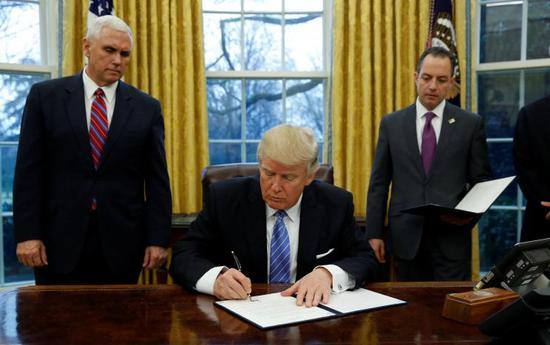 美国总统特朗普签署退出TPP行政令