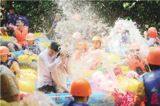 漂流河道上,游客们用打水仗的方式,为拍婚纱照的新人祝福。