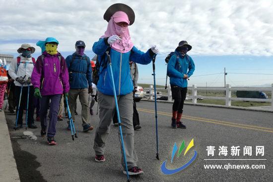 持双杖徒步,可有效减轻膝盖负担
