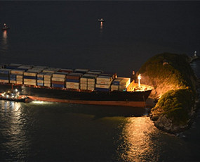 一声巨响 香港市民惊看货船撞岛